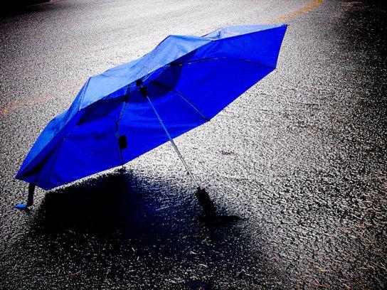 20071022024218_blue umbrella in the rain 700